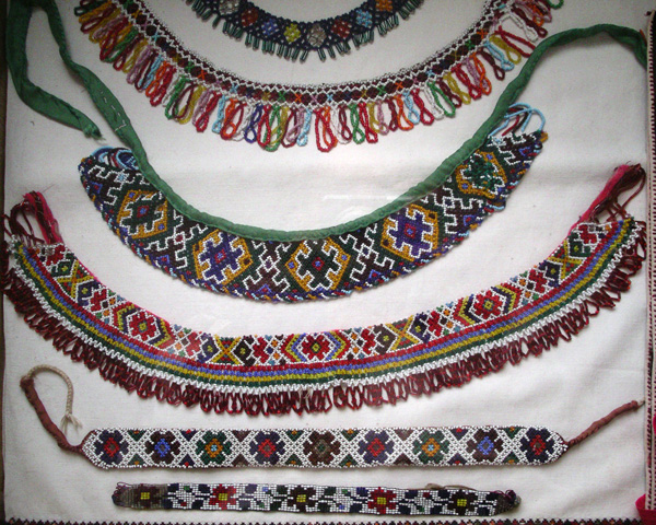Kásagyöngyből fűzött gyöngyszalagok és -galérok