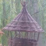 Vesszőből font kézműves madáretető