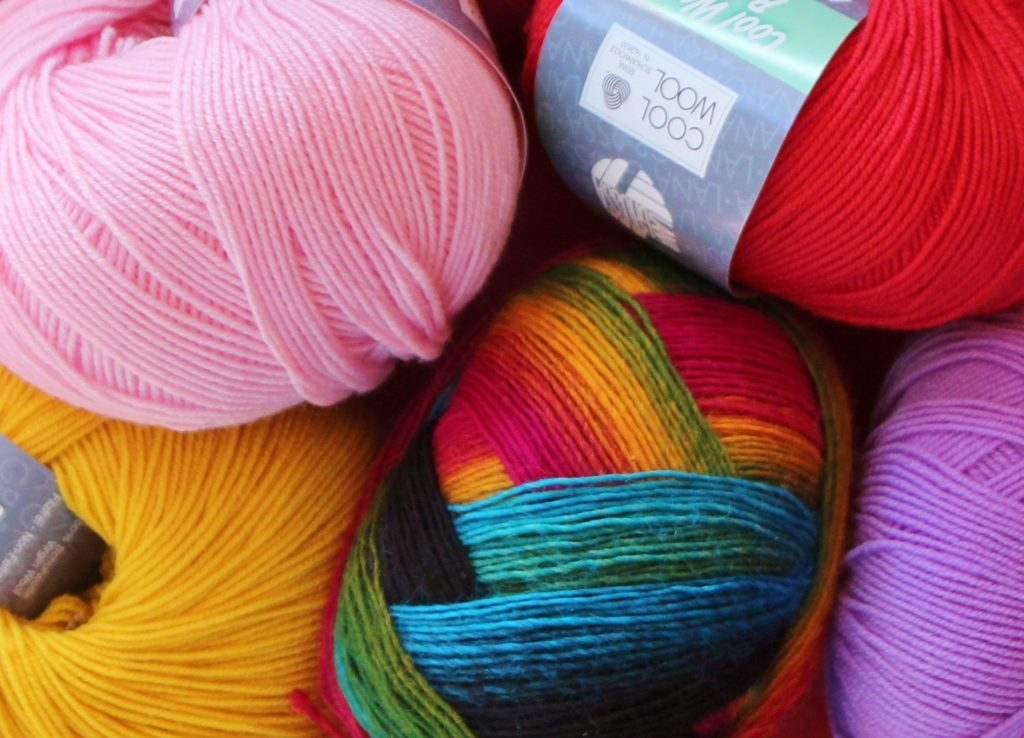 színes fonalgombolyagok